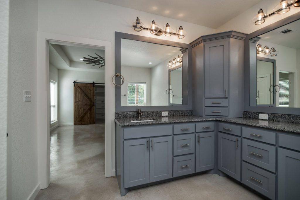 Texas Barndominium master bathroom