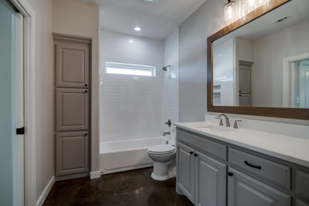 Springtown Texas Barndominium bathroom
