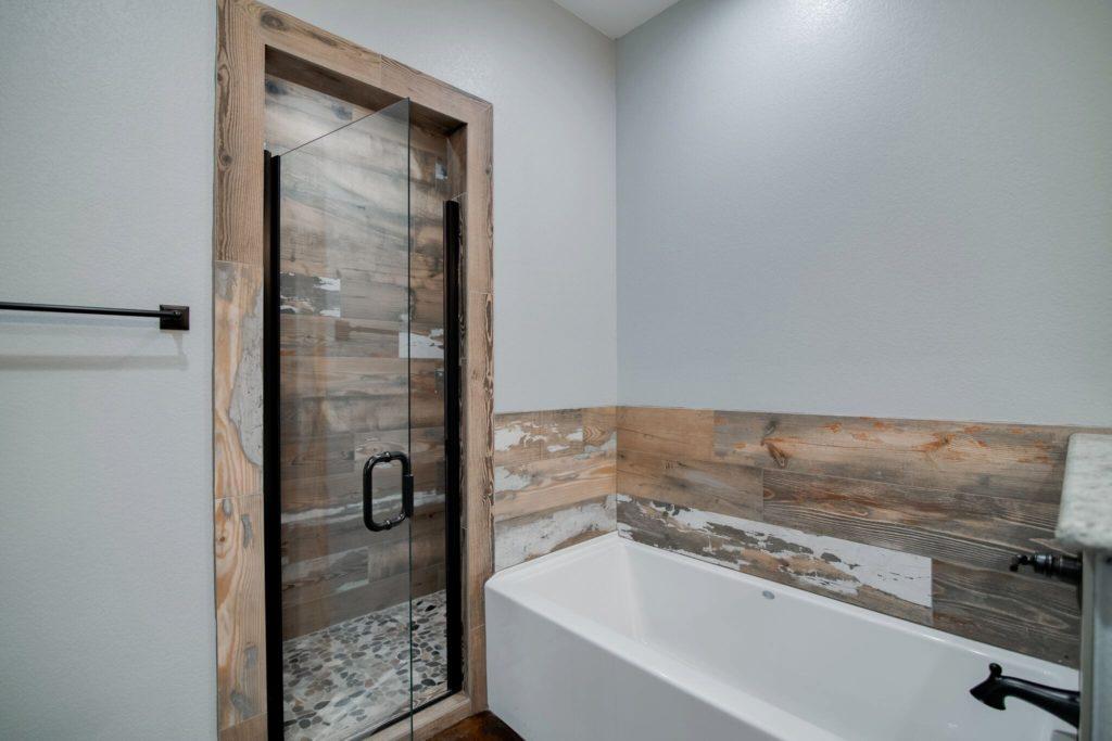 decatur-barndominium-bathroom-white-bathtub