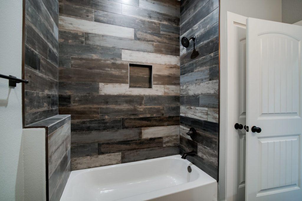 decatur-barndominium-hall-bath